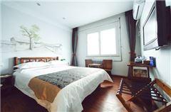 Sunshine Queen Room