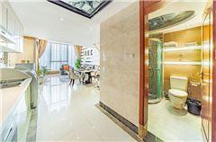 Multi-level Business Suite Queen Room