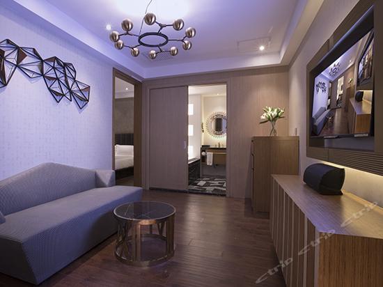 Metropolis Balcony Suite