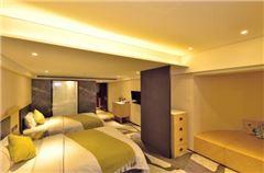 Elegant River-view Room