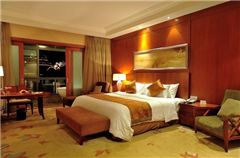Deluxe Center Lake-view Suite