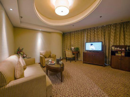 Deluxe Suite Queen Room