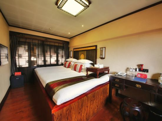 Executive Multi-level Queen Kang Room