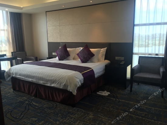 Business Lake-view Queen Room