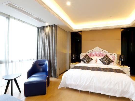 Deluxe Queen Suite