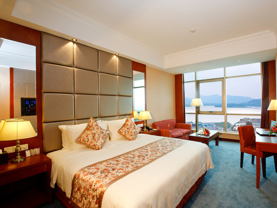 Classic Executive Lake-view Queen Room