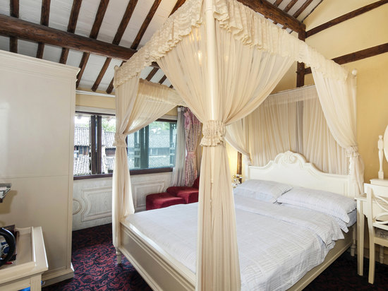 1.5m Queen Room