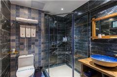 Water edge · Delicate Quad Room