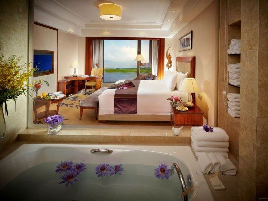Executive Lake-view Queen Room