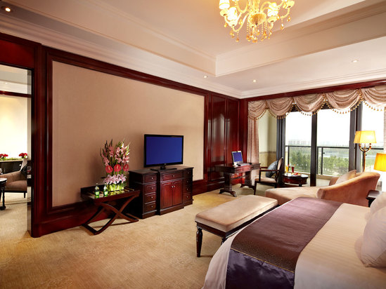 Executive Garden-view Queen Room