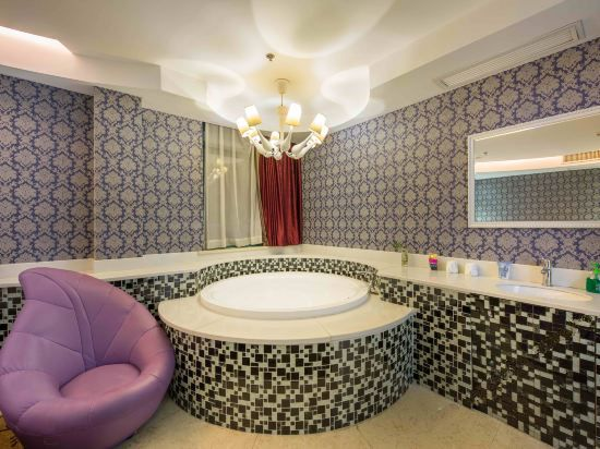 Round-bed Bathtub Room