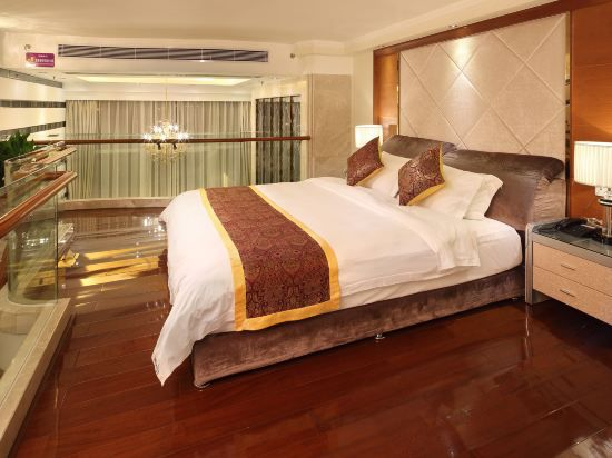 Multi-level Business Suite Queen Room