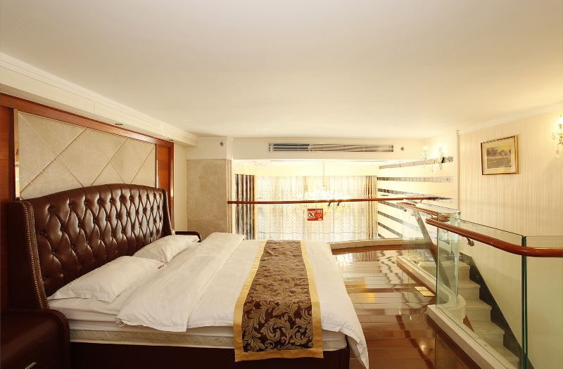 Multi-level Deluxe  Queen Suite