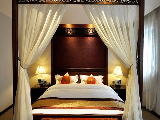 Traditional Veiling Queen Room