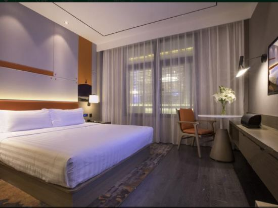 Modern Panoramic Queen Room