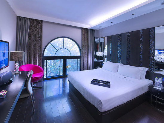 Featured Business Queen Room