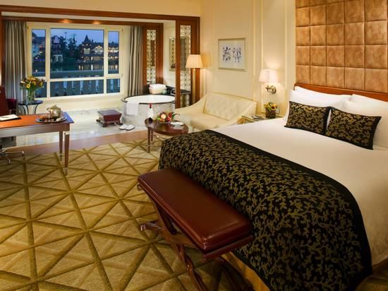 Signature Lake View Room