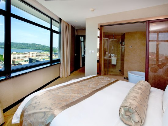 Executive Lake-view Suite