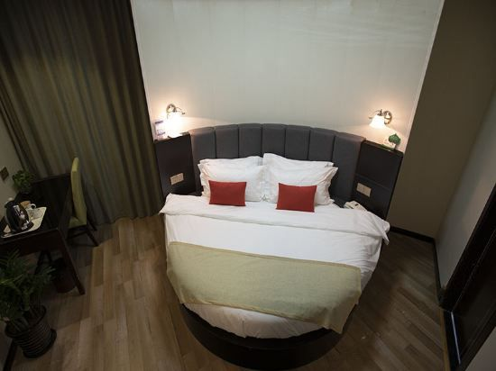 Round-bed Room