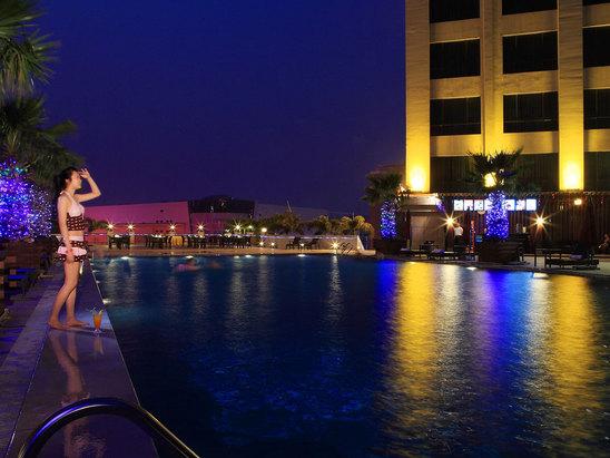 游泳池夜景